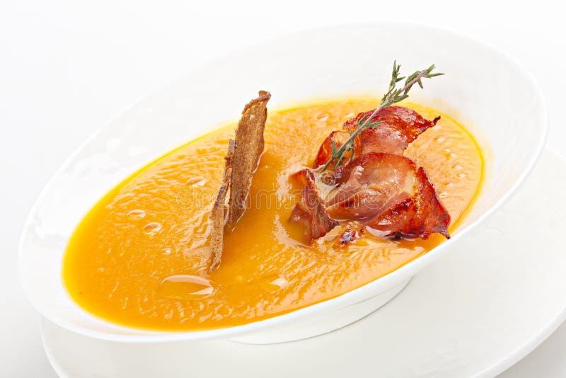 De soep van de erwtenroom met bacon stock foto's