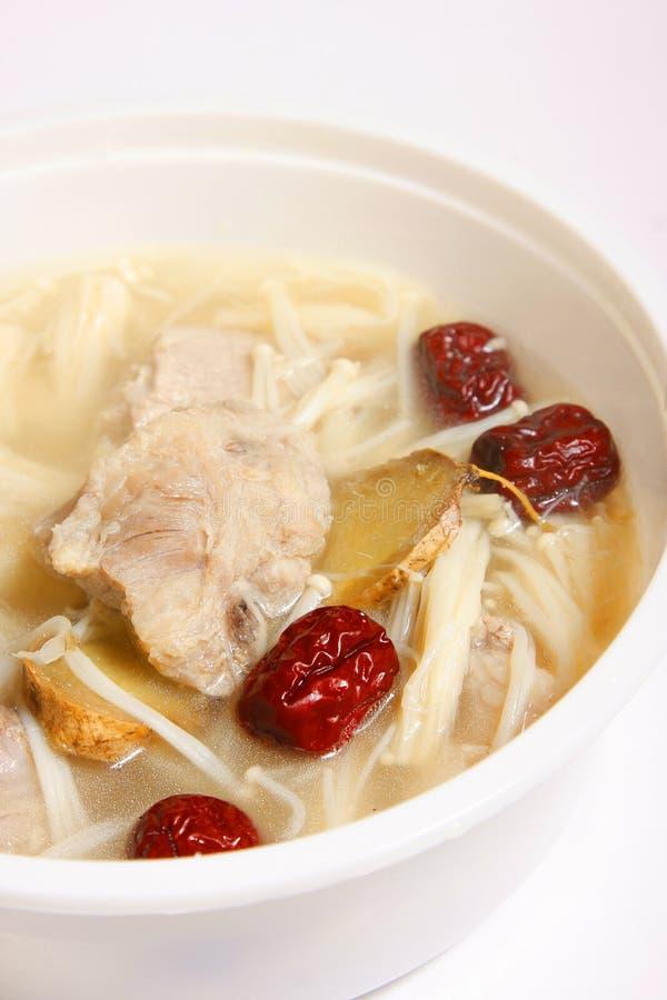 De soep van het varkensvlees met rode jujube en naaldpaddestoel royalty-vrije stock afbeelding