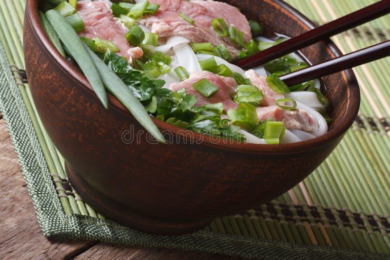 De soep van Phobo met zeldzaam rundvlees, rijstnoedels en verse kruidencloseu royalty-vrije stock fotografie