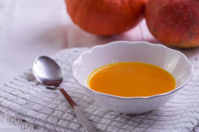 De soep van pompoenhokkaido op wit tafelkleed stock afbeeldingen