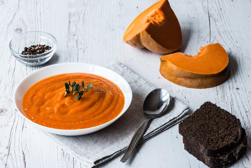 De soep van de pompoenroom Het gezonde eten, het op dieet zijn, vegetarische keuken en het koken concept stock foto