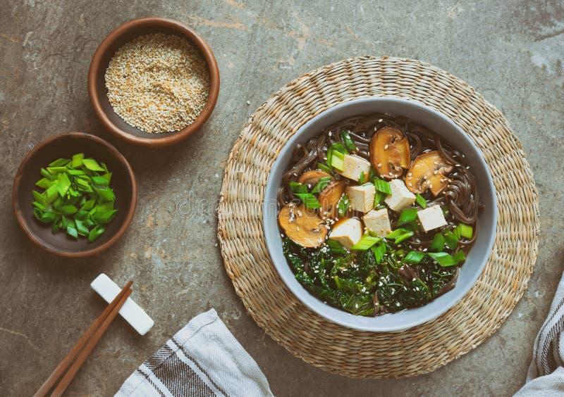 De soep van de Sobanoedel met tofu, boerenkool en paddestoelen stock fotografie