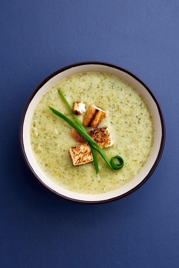 De soep van de de spliterwtkurkuma van de Vegaterianwinter op donkerblauwe achtergrond, close-up, hoogste verticale mening, stock foto's