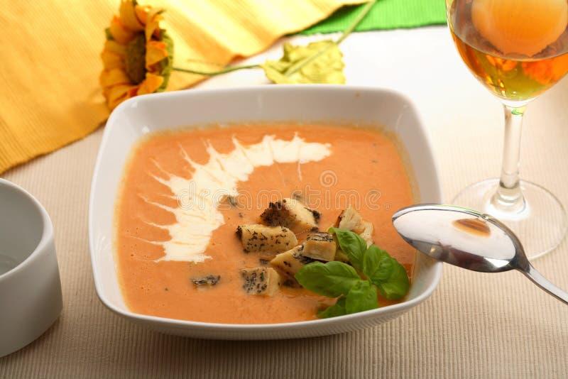 De soep van tomaten met basilicum stock fotografie