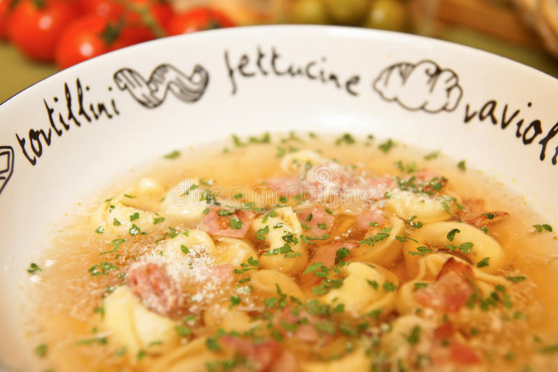 De soep van Tortellini stock foto