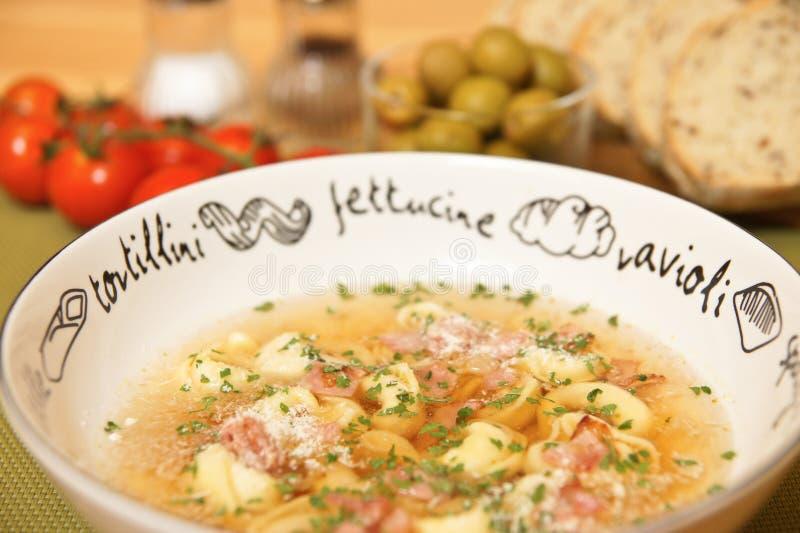 De soep van Tortellini stock foto's