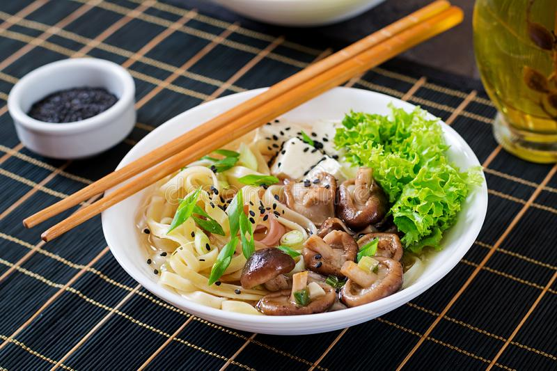 De soep van de veganistnoedel met tofu kaas, shiitake paddestoelen royalty-vrije stock foto's
