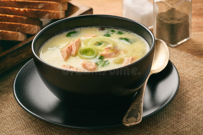 De soep van vissoepvissen met regenboogforel stock afbeeldingen
