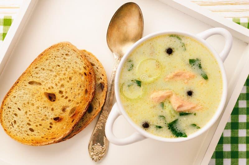De soep van vissoepvissen met regenboogforel stock foto's