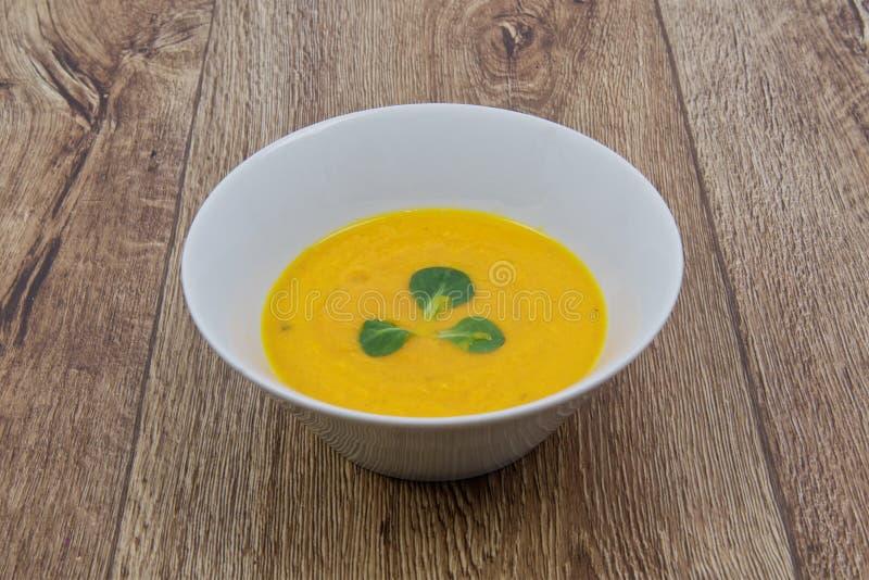 De soep van de wortelroom op een lijst royalty-vrije stock afbeeldingen