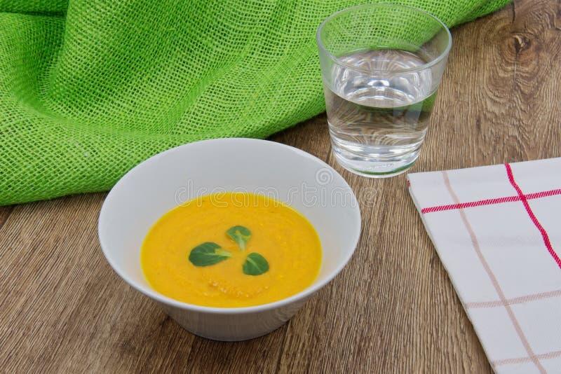 De soep van de wortelroom op een lijst royalty-vrije stock afbeelding