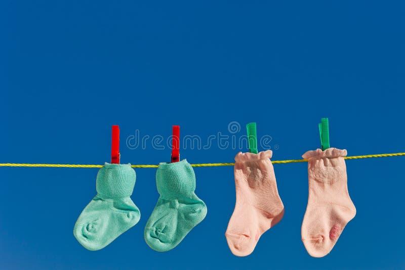 De sokken van de baby op te drogen wasserijlijn royalty-vrije stock foto's