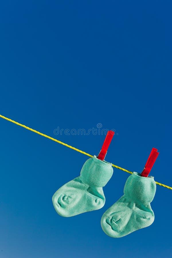 De sokken van de baby op te drogen wasserijlijn royalty-vrije stock afbeeldingen