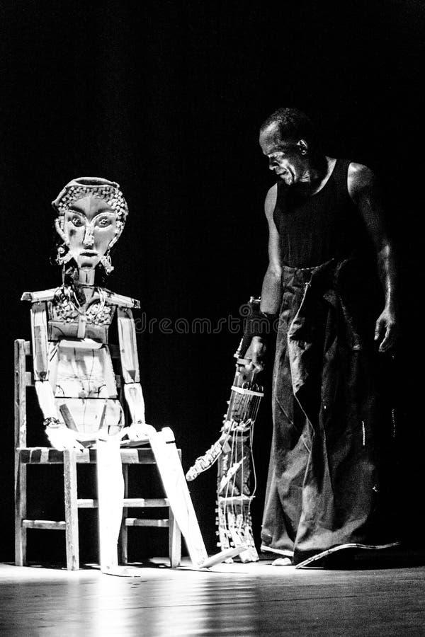 """` De solo de Kode di Dona do ` do desempenho do teatro de dança Cabo Verde """"Raiz Di Polon"""" Rebecca 36 imagens de stock"""