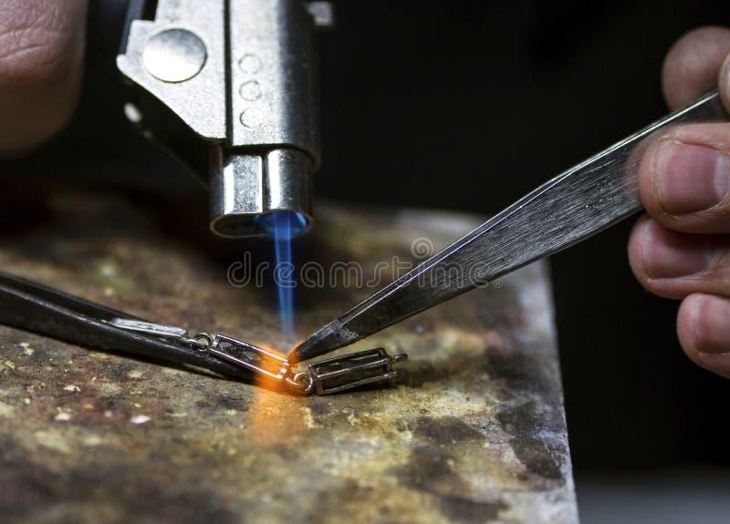Or de soudure de bijoux, détails en gros plan de la production image stock