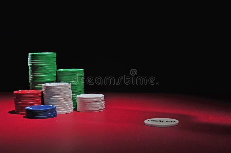 De spaanders en de handelaar van het casino stock afbeelding