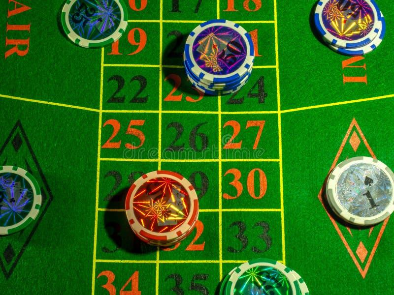 De spaanders en dobbelen voor het spelen van lijst het gokken het blackjack van de pookroulette en de rest royalty-vrije stock fotografie