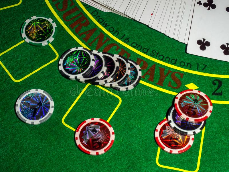 De spaanders en dobbelen voor het spelen van lijst het gokken het blackjack van de pookroulette en de rest royalty-vrije stock foto