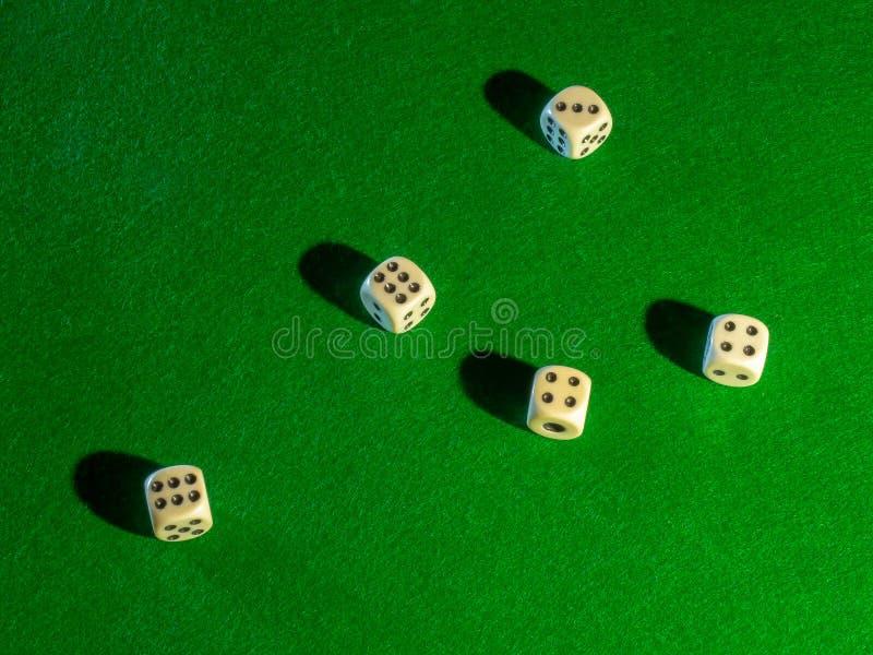 De spaanders en dobbelen voor het spelen van lijst het gokken het blackjack van de pookroulette en de rest stock fotografie