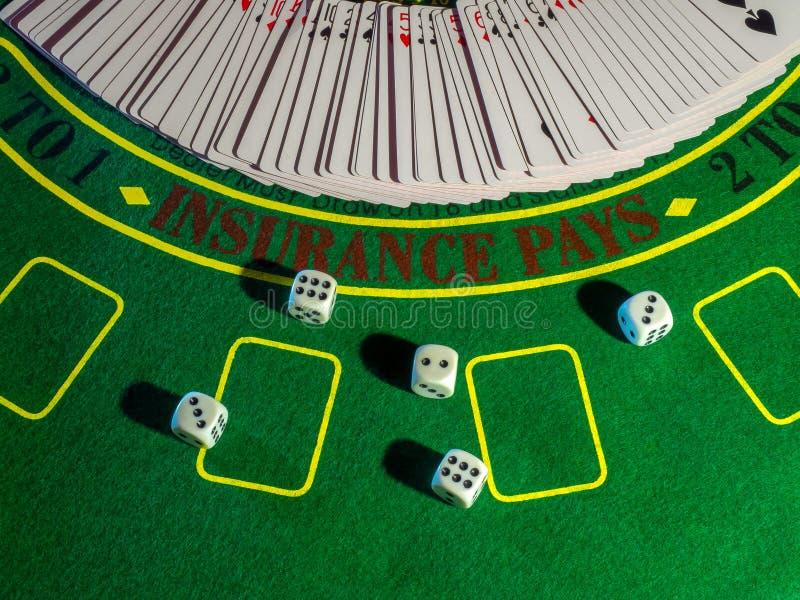 De spaanders en dobbelen voor het spelen van lijst het gokken het blackjack van de pookroulette en de rest stock foto