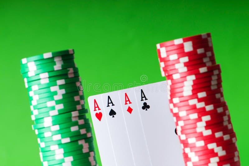 De spaanders van het casino en vier azen royalty-vrije stock foto's