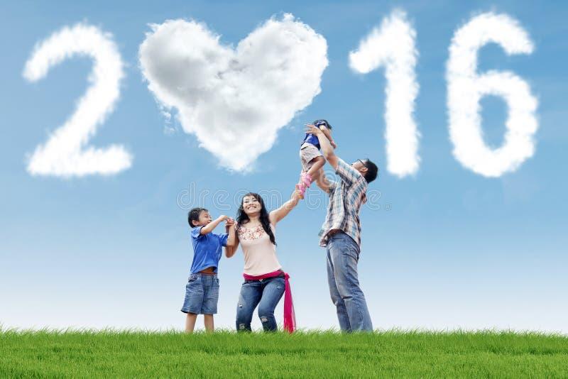 De Spaanse familie viert nieuw jaar stock foto