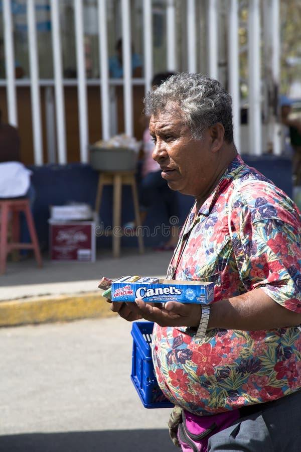 De Spaanse mens verkoopt buitensuikergoed stock afbeeldingen
