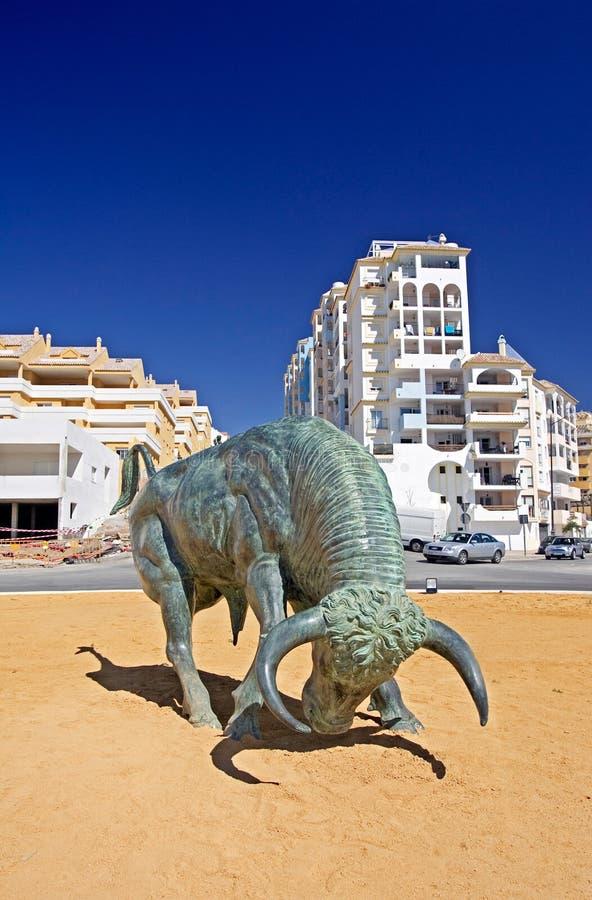 De Spaanse Stier van het Gietijzer in centrum van Rotonde royalty-vrije stock afbeeldingen