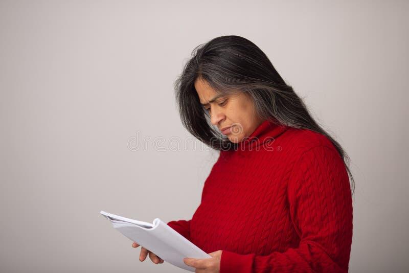 De Spaanse Vrouw bekijkt Notitieboekje royalty-vrije stock afbeeldingen