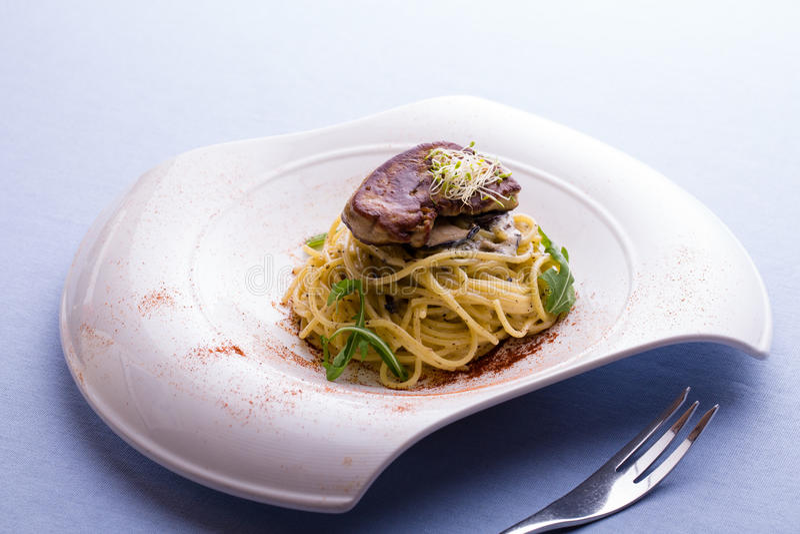 De spaghetti bedriegt de Roomtruffel van Foie Gras op witte plaat stock fotografie