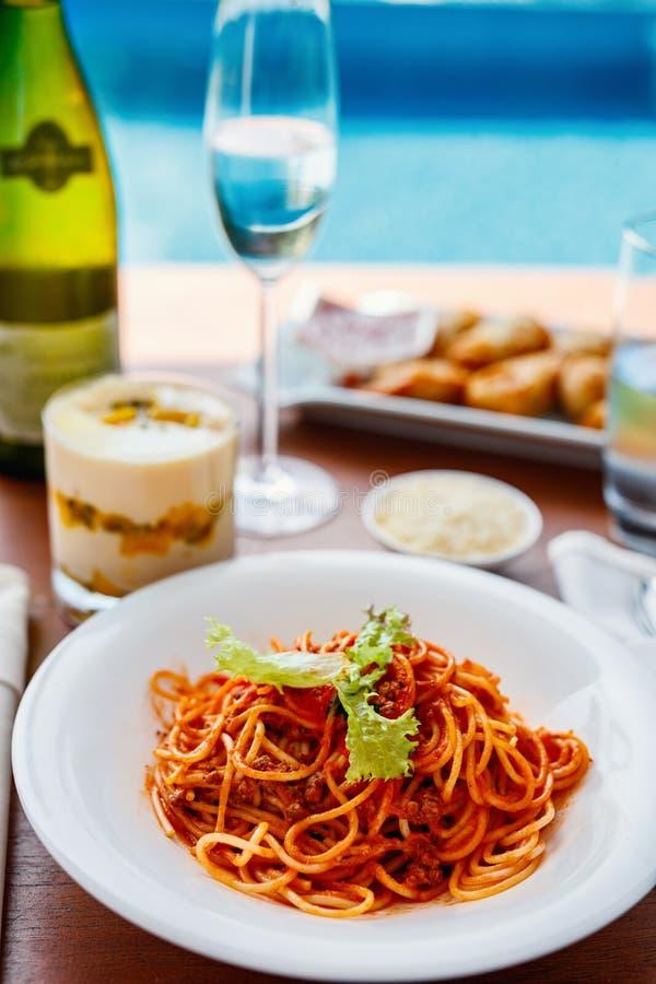 De spaghetti bolognese diende voor lunch royalty-vrije stock fotografie