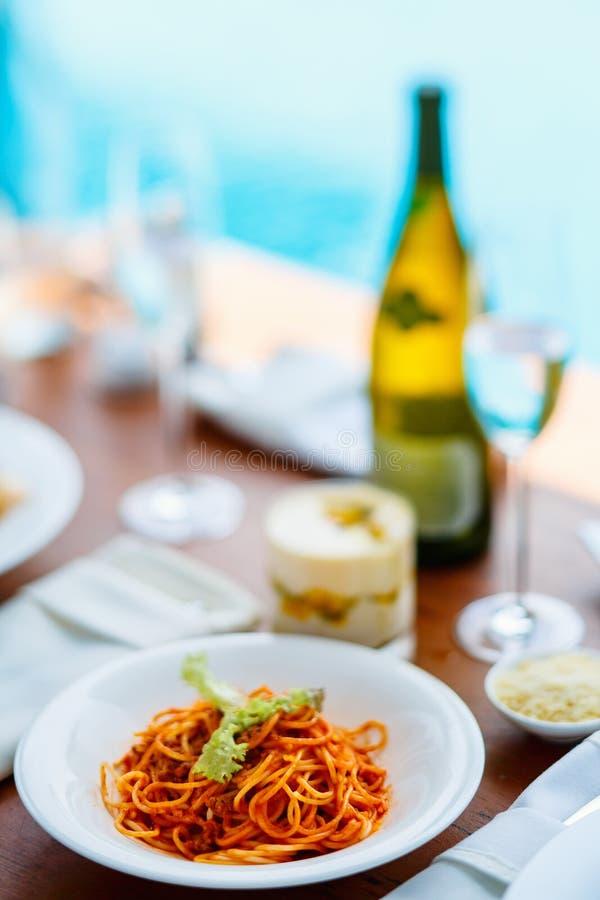 De spaghetti bolognese diende voor lunch stock afbeelding