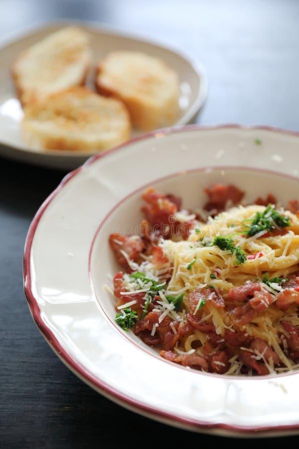 De Spaghetti Carbonara van de spaghettiwitte saus met bacon en knoflook stock foto