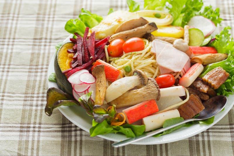 De spaghetti van de saladeslijn royalty-vrije stock foto's