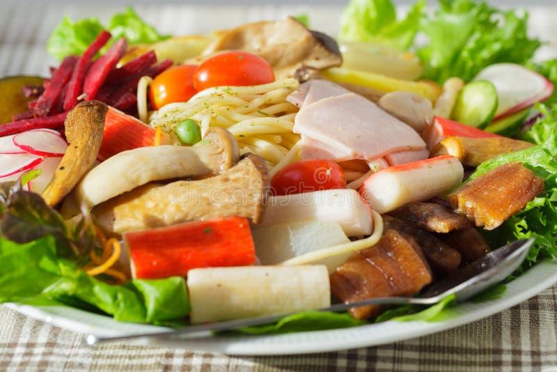De spaghetti van de saladeslijn stock afbeelding
