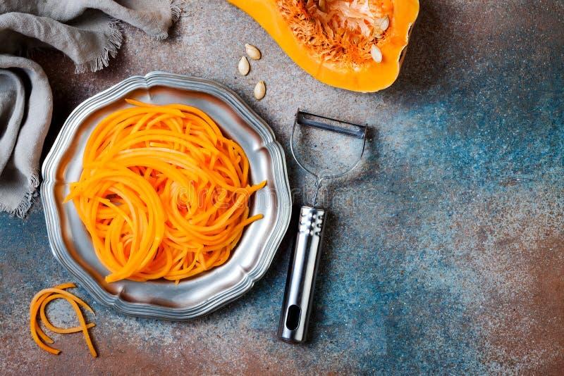De spaghetti van de Spiralized butternut pompoen Het lage carburator plantaardige deegwaren koken stock foto