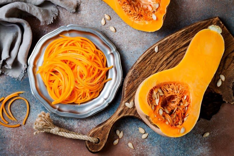 De spaghetti van de Spiralized butternut pompoen Het lage carburator plantaardige deegwaren koken royalty-vrije stock afbeeldingen