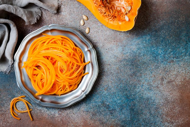 De spaghetti van de Spiralized butternut pompoen Het lage carburator plantaardige deegwaren koken stock foto's