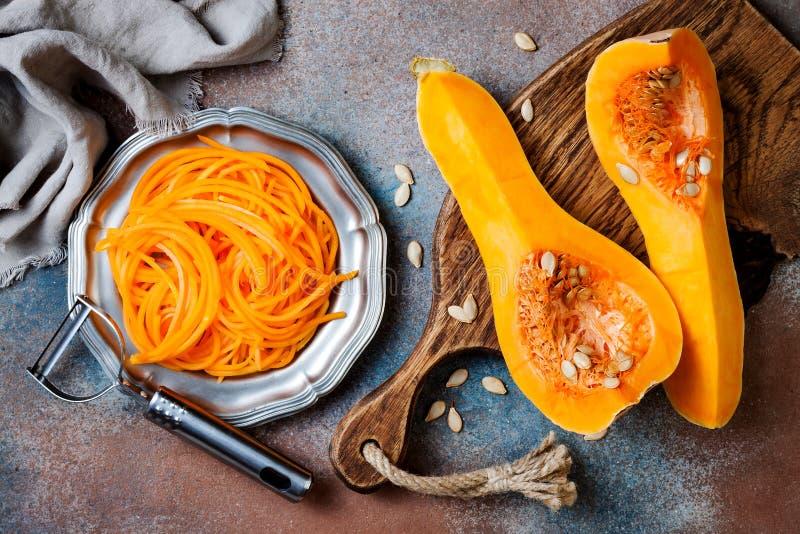 De spaghetti van de Spiralized butternut pompoen Het lage carburator plantaardige deegwaren koken royalty-vrije stock afbeelding