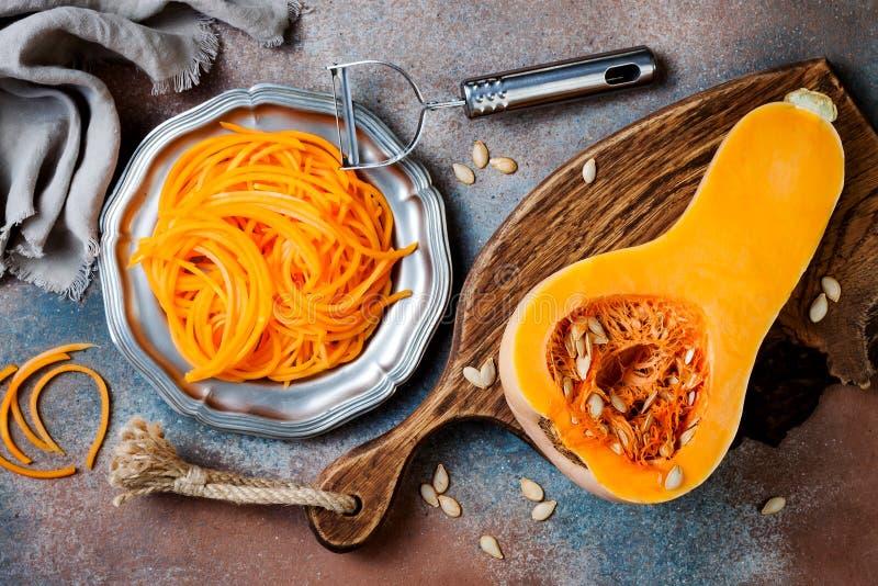 De spaghetti van de Spiralized butternut pompoen Het lage carburator plantaardige deegwaren koken royalty-vrije stock foto