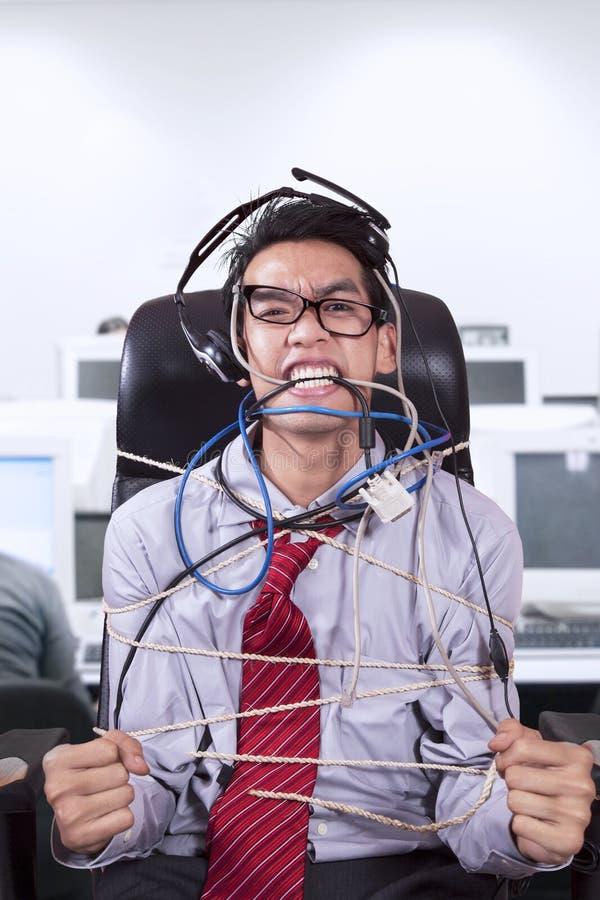 De spanningszakenman bond kabel op kantoor vast royalty-vrije stock afbeelding