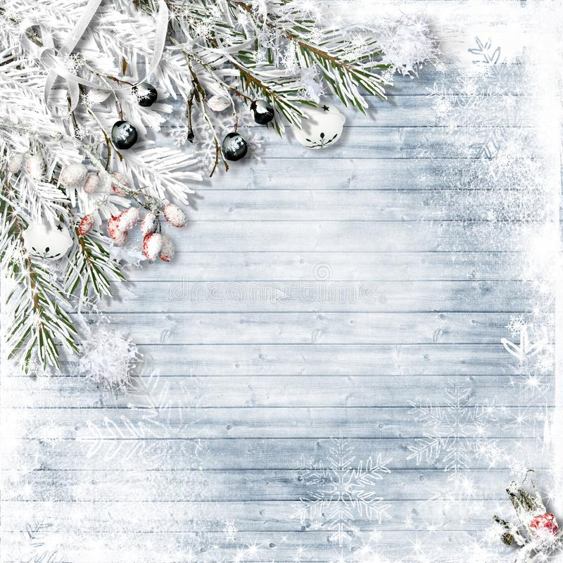 De spar van de Kerstmissneeuw met hulst, kenwijsjeklokken, sneeuwvlokken op w stock afbeeldingen
