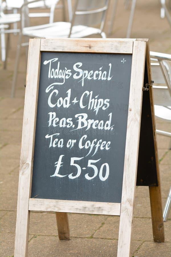 De Speciale Kabeljauw van vandaag Chips Peas Bread met Thee of Koffie voor £5 50 stock foto's