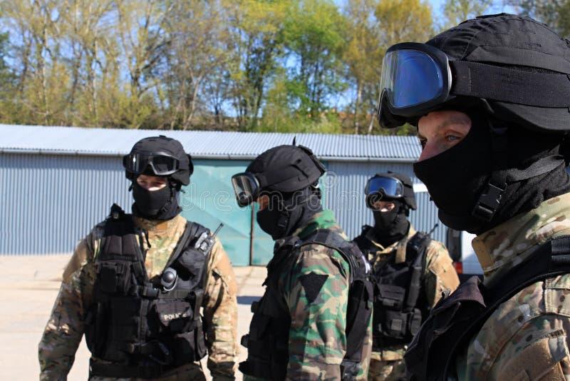 De speciale politiecommando's arresteren een terrorist stock afbeeldingen