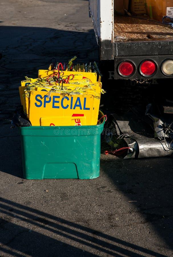 De speciale tekens in ton voor de reclame van goederen bij het lokale ruilmiddel komen samen royalty-vrije stock foto