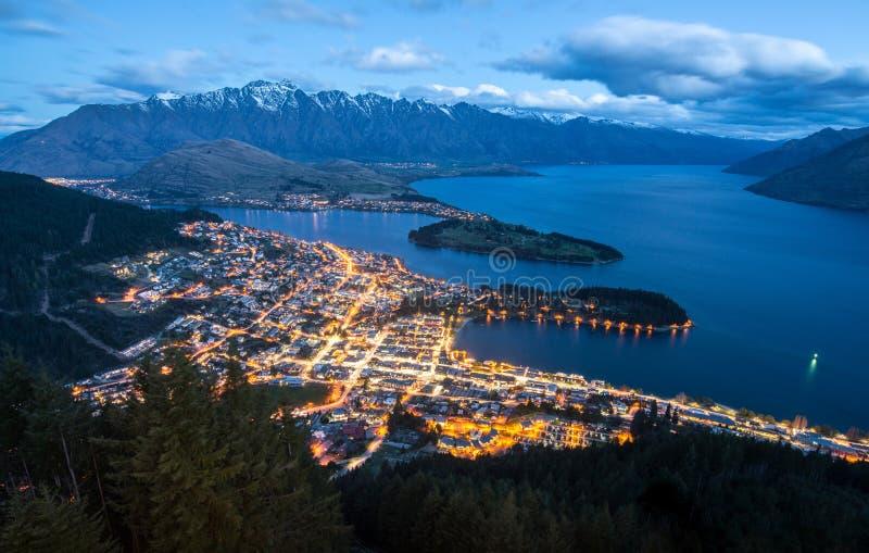 De spectaculaire mening van Queenstown, Nieuw Zeeland bij nacht stock foto's
