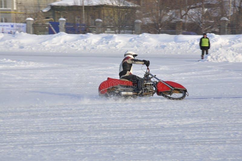 De speedwaybaan van de winter het ijzige spoor, de bestuurdersdraaien royalty-vrije stock fotografie