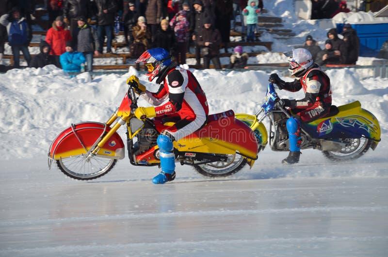 De Speedwaybaan van het ijs, wordt twee motorrijders versneld stock foto