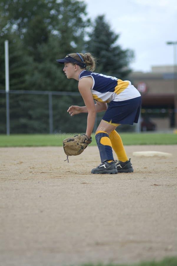 De Speel Tweede Basis van het meisje op het Gebied van het Softball stock fotografie