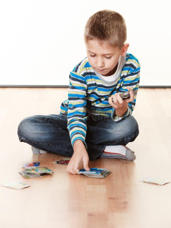 Download De Speelkaarten Van De Kindjongen Op Vloer Stock Afbeelding - Afbeelding bestaande uit concentratie, elementair: 54091301